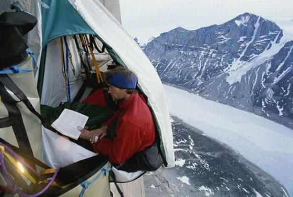 Camas suspensas a 1200m de altura são solução para relaxar em escalada