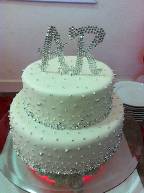 Com direito a bolo com brilho e cerveja, Adriano celebra noivado