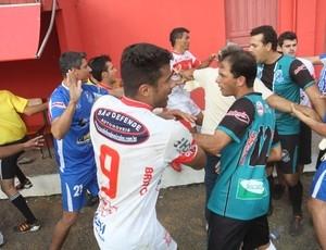 Depois de expulso, treinador pega árbitro pelo pescoço no sul de SC