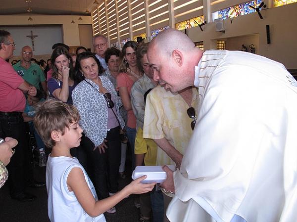 Padre excomungado, por defender os gays, fez escândalo, afirma diocese