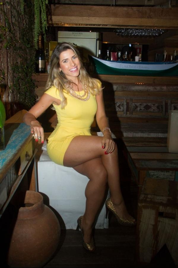 Ana Paula Minerato troca vestido por avental e faz sushi em restaurante