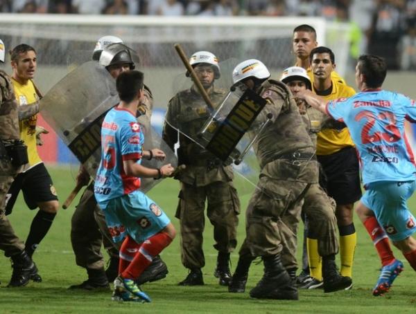 Arsenal perde a cabeça depois de goleada do Atlético, enfrenta Polícia e jogadores são detidos