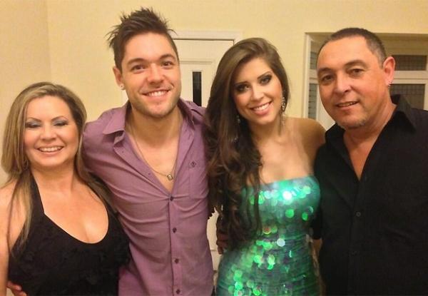 Ex-BBB Andressa posa com pais de Nasser: