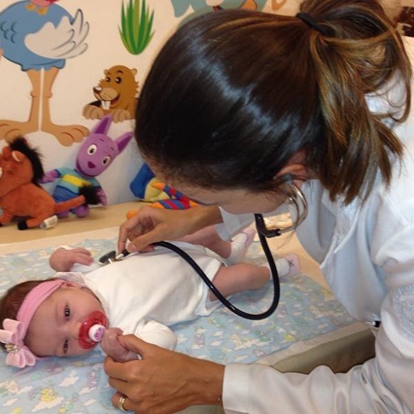 Filha do ex-nadador Xuxa e Sheila Mello vai à primeira consulta médica