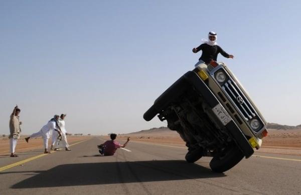 Jovens sauditas se arriscam ao fazer manobras com carros em duas rodas