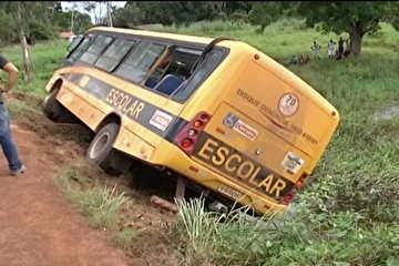Motorista foge após queda de ônibus escolar com 40 estudantes em açude