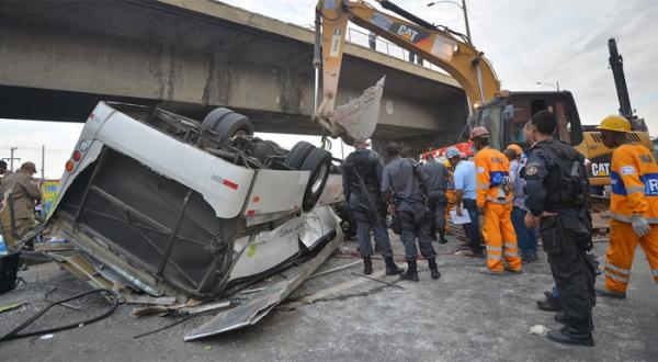 Polícia pedirá a prisão de motorista e passageiro que brigaram em ônibus que caiu em viaduto no RIo