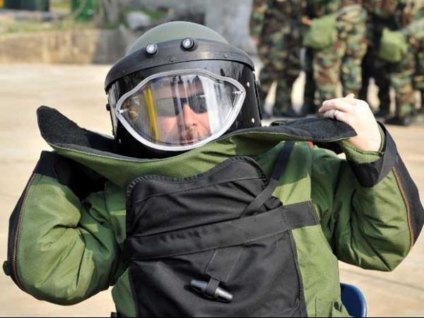 Soldados dos EUA treinam com trajes contra a guerra química