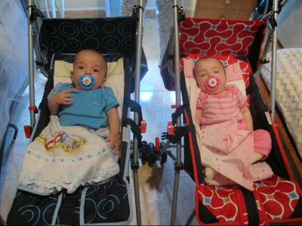 Após 5 meses, mãe de gêmeos aos 61 anos brinca: