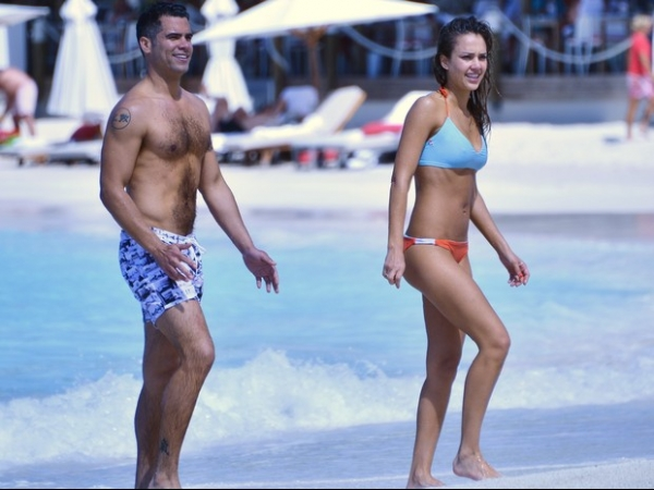 Mãe de duas crianças, atriz Jessica Alba exibe corpinho enxuto em férias