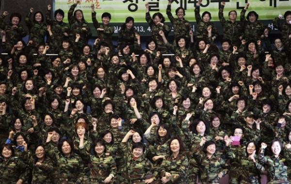 Soldados da Corei do Sul reproduzem