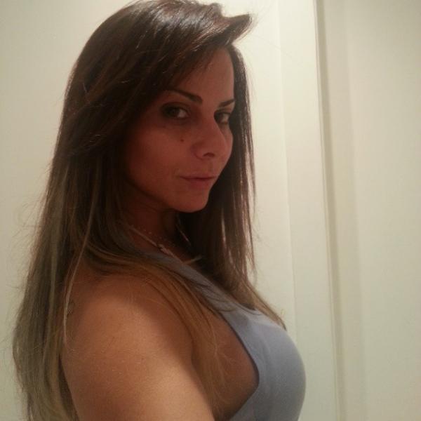 Viviane Araújo alisa os cabelos e mostra o resultado em rede social