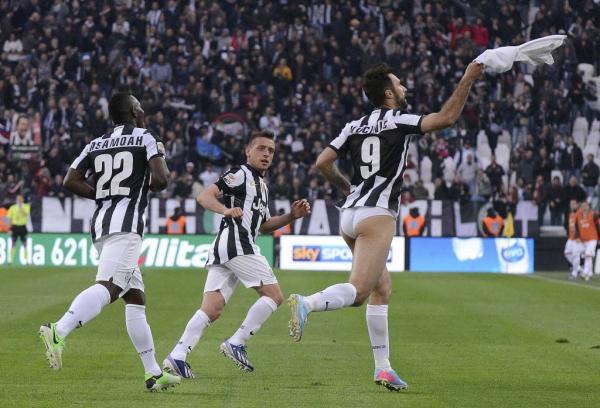 Atacante da Juventus se exalta com gol marcado e tira calção em comemoração