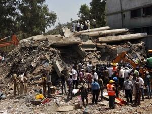 Crianças são resgatadas com vida após queda de prédio na Índia