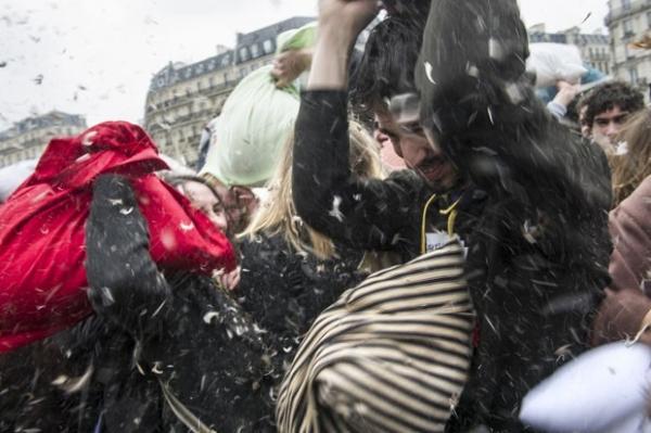 Guerra de travesseiros reúne centenas de pessoas em Paris