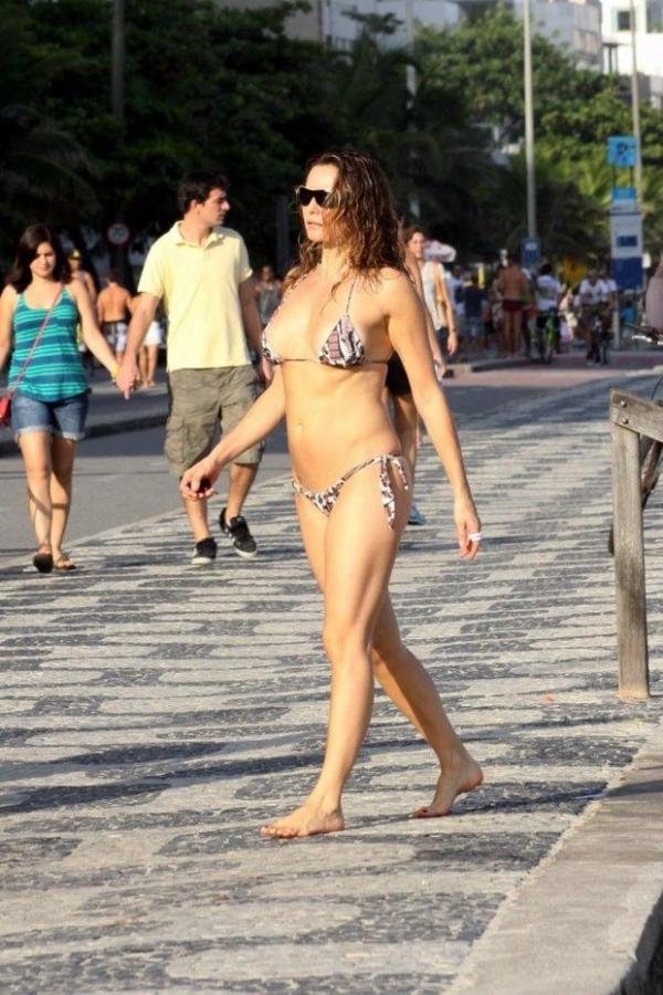 Aos 41, Rita Guedes curte dia de praia e exibe o corpão