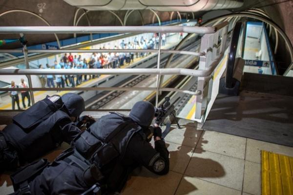 Brasil simula ataque terrorista em metrô com policiais e bombeiros;fotos