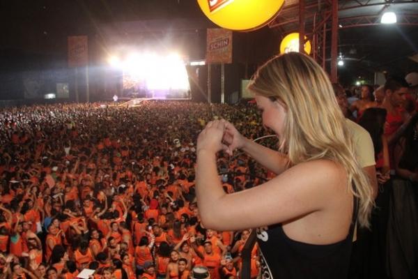 De shortinho, ex-BBB Fernanda faz sucesso em festival de música