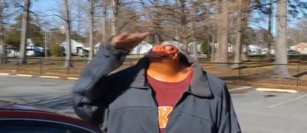 Homem sem cabeça pede rango no drive-thru