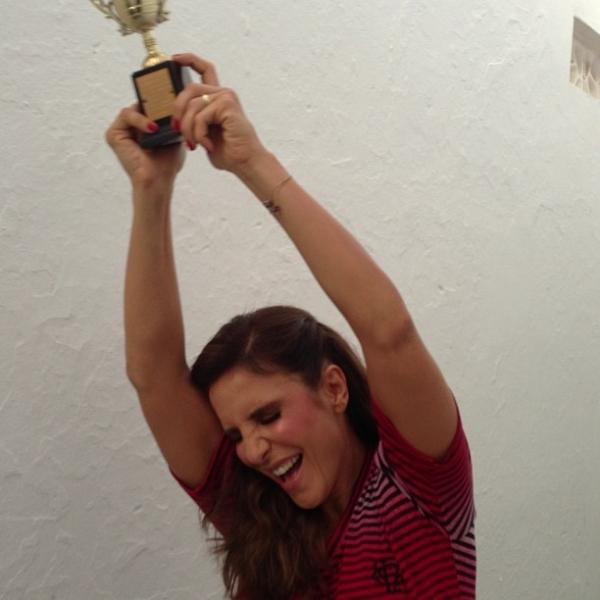 Ivete Sangalo faz careta e comemora gol de seu time