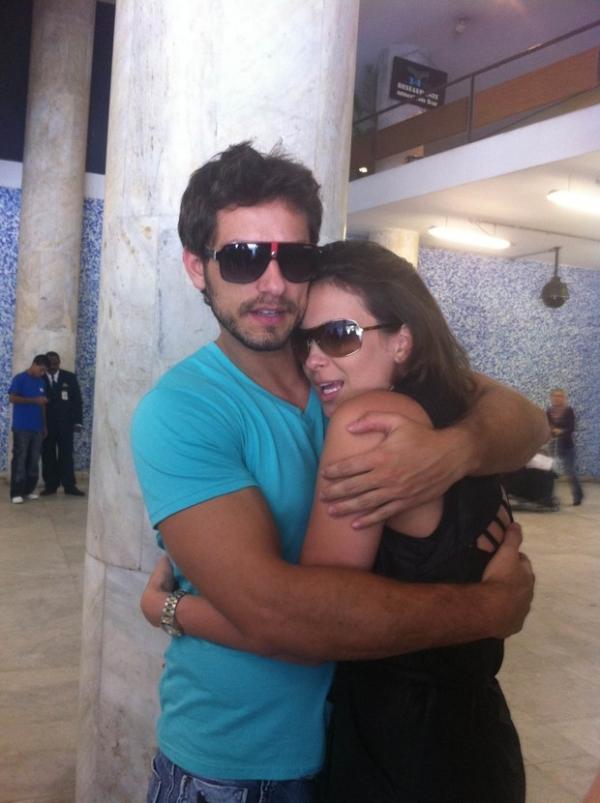 Sempre juntos, ex-BBBs Kamilla e Eliéser posam com fãs em aeroporto
