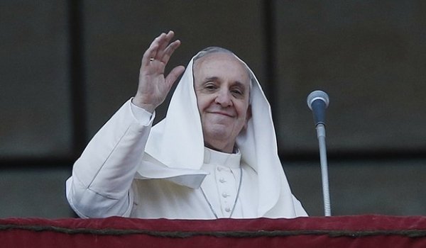 Vento bagunça roupa em posse como bispo e Papa leva