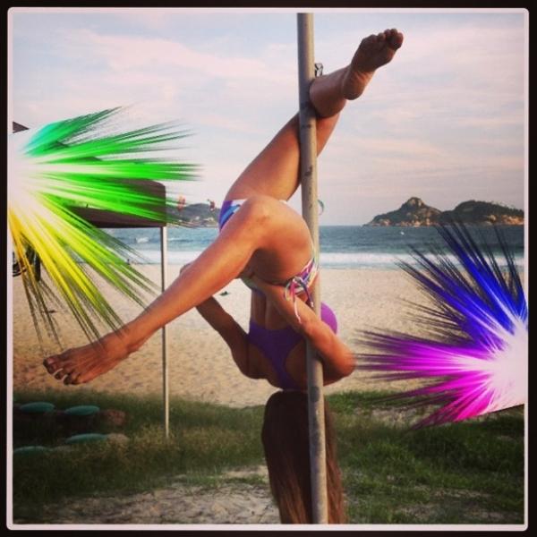 Aquecida! Carla Prata mostra sua elasticidade fazendo pole dance