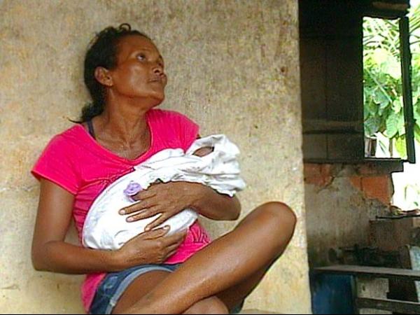 Bebê é encontrado por pescadora dentro de caixa de papelão