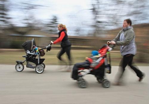 Cidade da República Tcheca promove corrida com carrinhos de bebê