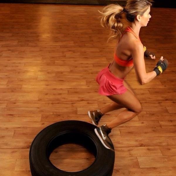 Dany Bananinha mostra sua boa forma em treino com pneus