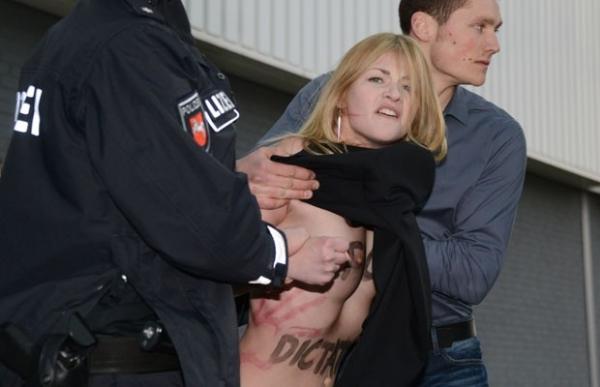 Manifestante de topless chocam Putin durante visita à Alemanha