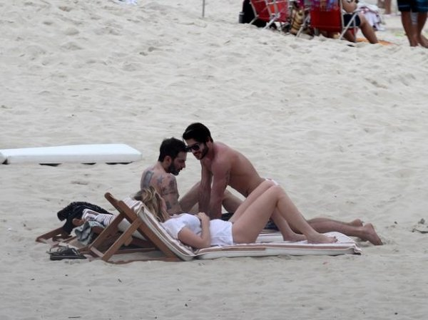 Marc Jacobs vai à praia de Ipanema com namorado brasileiro