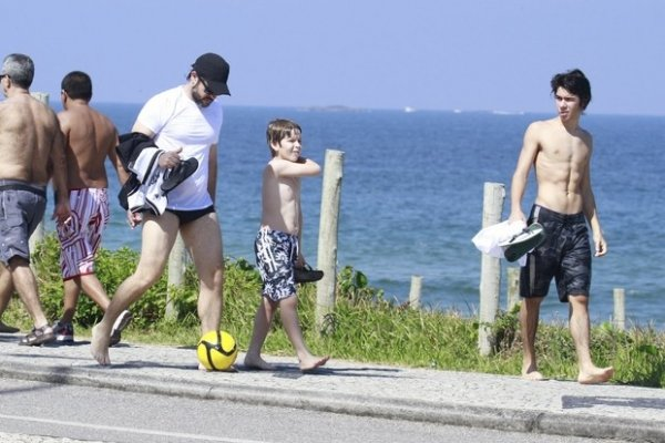 Sem Débora, Murilo Benício curte praia ao lado dos filhos no Rio