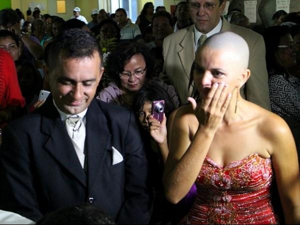 Em tratamento, noiva com câncer se casa dentro de hospital em Manaus