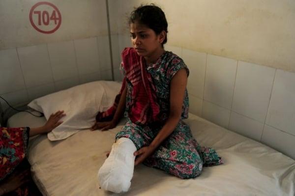 Mulher que sobreviveu à tragédia em Bangladesh tem perna amputada