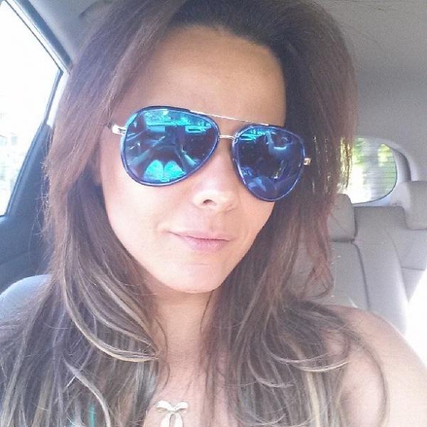 Precisa? Com blusa  curtinha, Viviane Araújo encolhe barriga para foto
