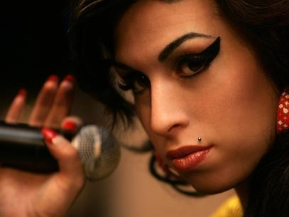 Amy Winehouse teria tentado se matar aos 10 anos, diz novo livro