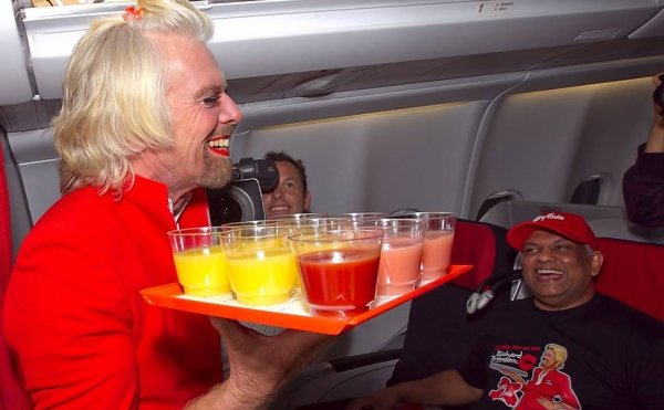 Bilionário dono de companhia aérea se fantasia de aeromoça para pagar aposta com executivo