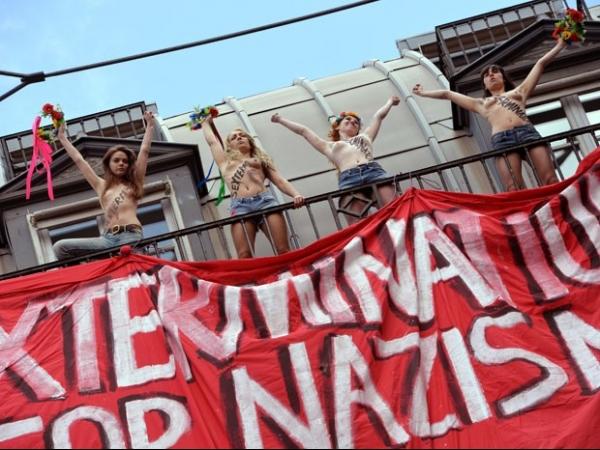 Feministas fazem topless em protesto contra grupo conservador na França