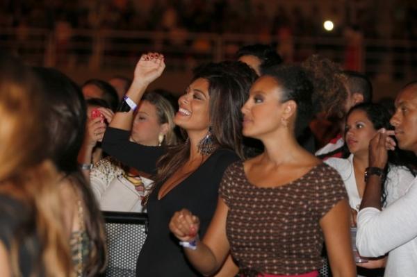 Grávida, Juliana Paes  namora, dança e ganha  mimos em noitada