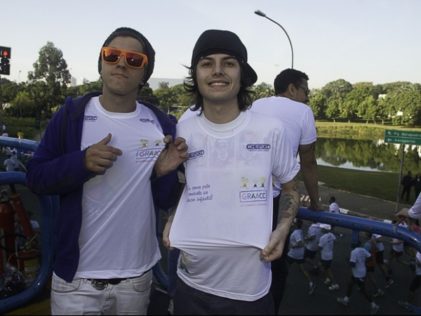 Pe Lanza e outros famosos participam de corrida contra o câncer