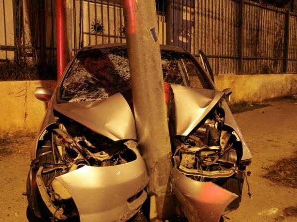 cinco adolescentes ficam feridos após acidente em carro roubado