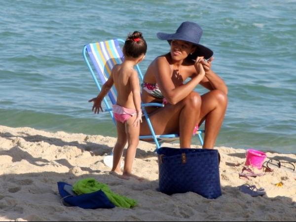 De fio-dental, Sheron Menezzes exibe corpão em dia de praia