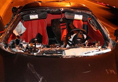 Ferrari de quase R$ 2 milhões fica destruída após acidente de cinema