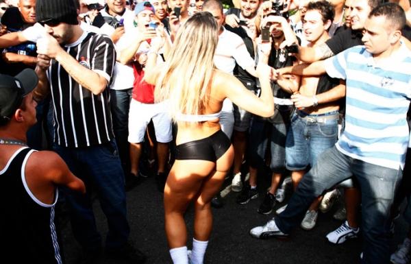 Panicat Ana Paula de biquíni causa tumulto na torcida do Corinthians