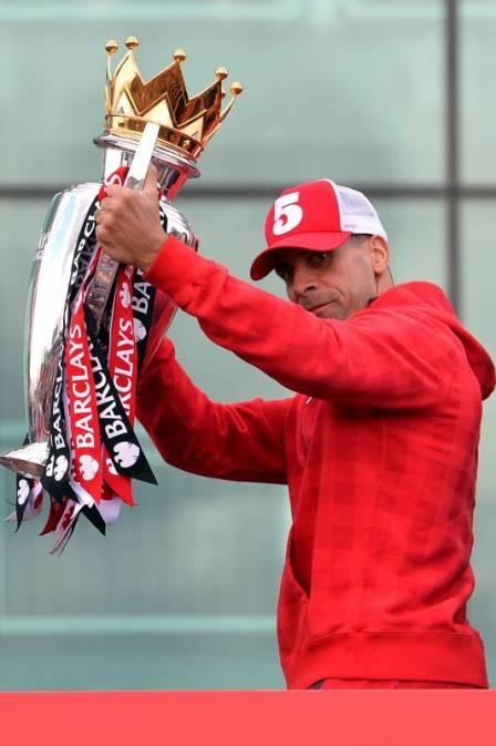 Cotado no Fla, Ferdinand deixa a entender que vai renovar com United