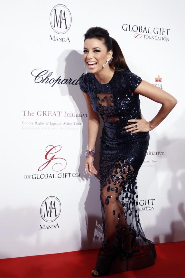 Eva Longoria usa look ousado em evento de caridade