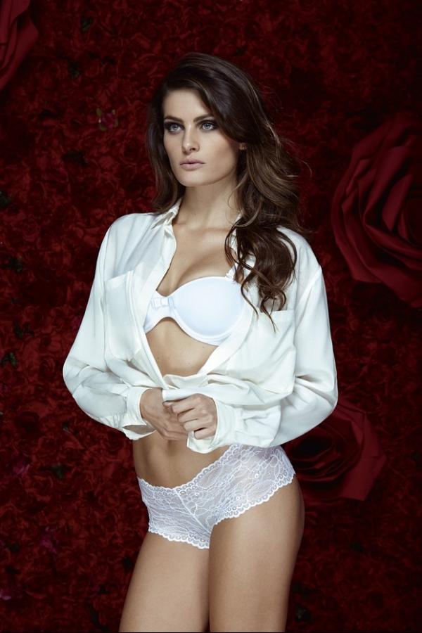 Isabeli Fontana mostra o corpão em editorial de lingerie