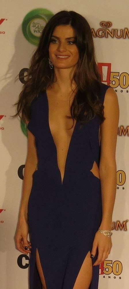 Isabeli Fontana se irrita com comentários sobre seu vestido ousado e com perguntas sobre Falcão em premiação