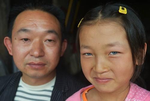 Chinesa com olhos azuis é chamada de